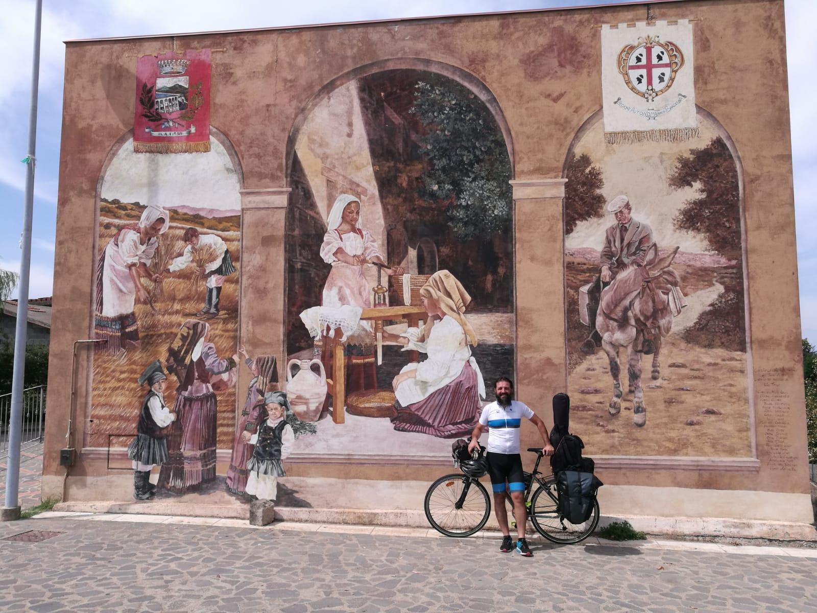 Sebastiano Dessanay a Ula Tirso per il suo 377 Project Bici Tour.